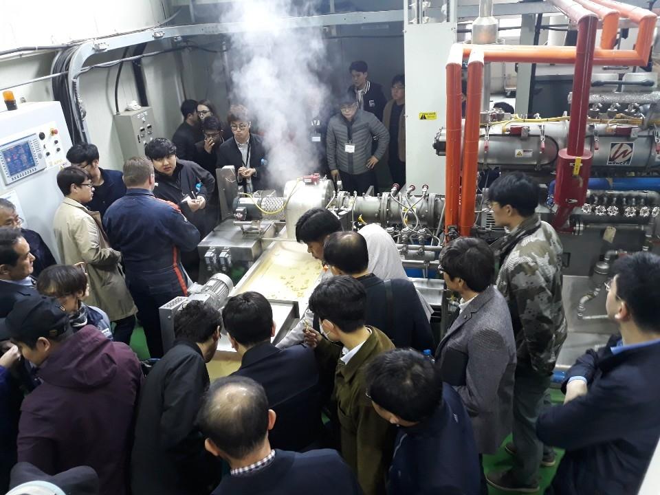 세미나 참석자들은 전주기전대학 식품 가공 연구소의 Extruder 설비 시연에 많은 관심을 보였다.