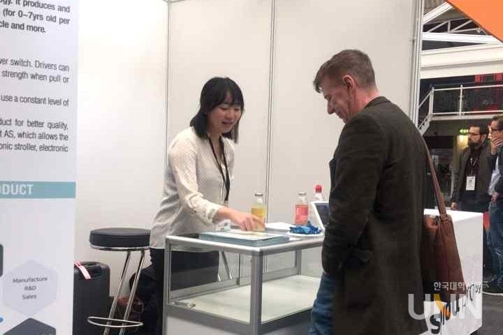 해외전시 웨어러블 테크놀로지 쇼에 참가해 웨어러블 로봇 기술을 소개하고 있는 세이프웨이 [사진제공=세이프웨이]